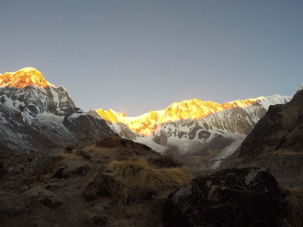 일출의 빛을 받으며 금색 빛을 띄는 안나푸르나.