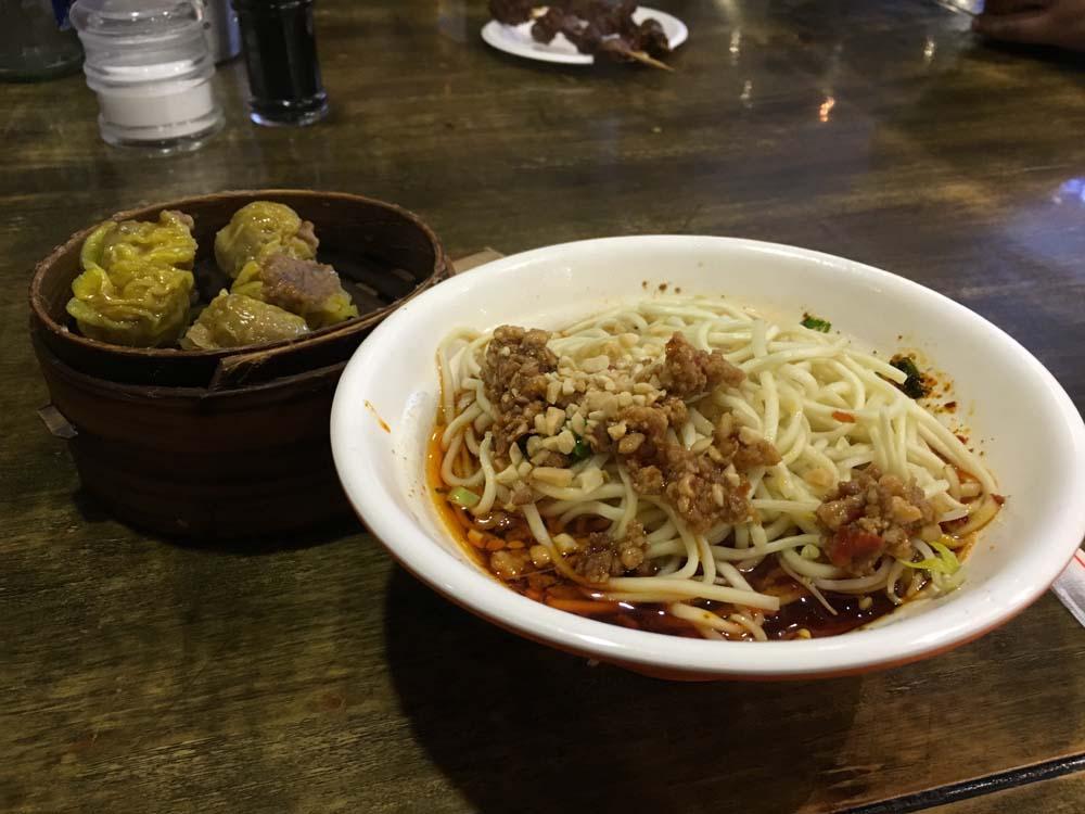 단단미엔과 슈마이. 관샹츠 거리에서 먹은 슈마이는 내 인생에서 먹은 슈마이중에서 가장 맛있었다.