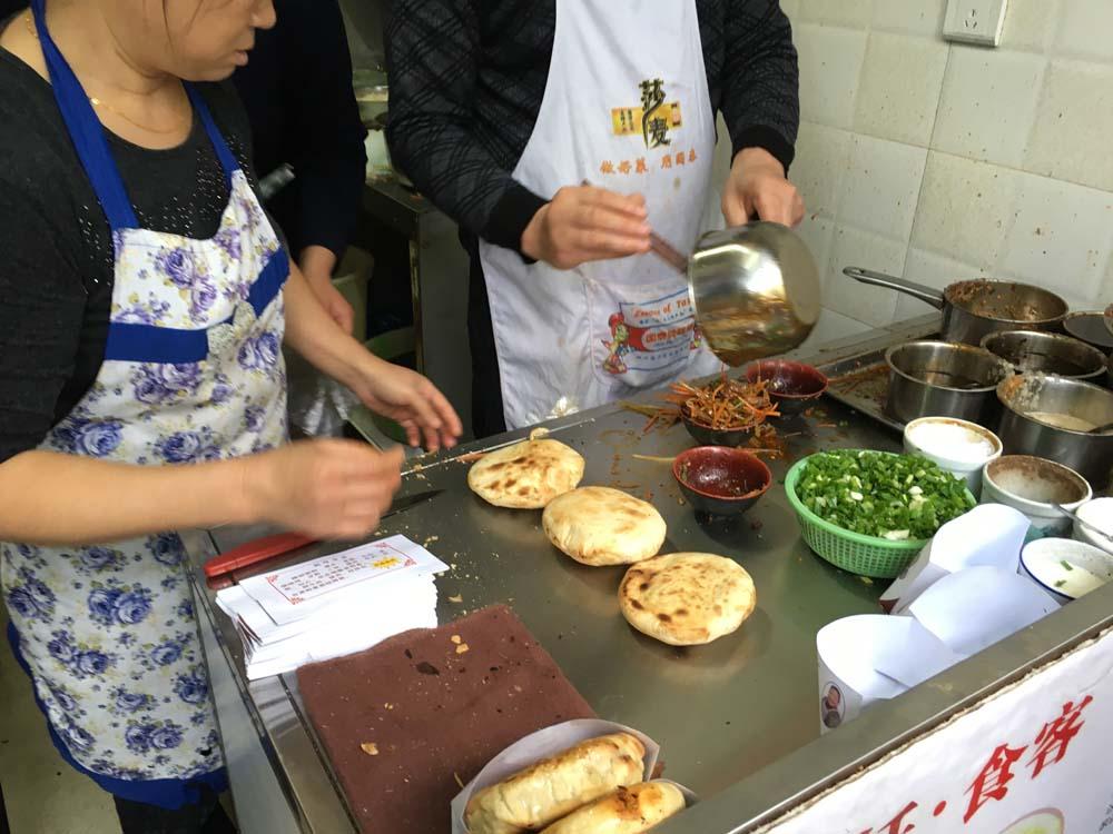 이 가게는 줄이 어마어마해서 나도 먹어봤다. 지금은 잘 보이지 않지만 한 때 한국 거리에서도 보이던 옛날식 호떡 안에 각종 고기와 야채를 양념과 섞은 것을 안에 넣어서 주는 퓨전 호떡이었다. 중국인들도 단짠의 콤보를 좋아한다는 걸 알게되었다.