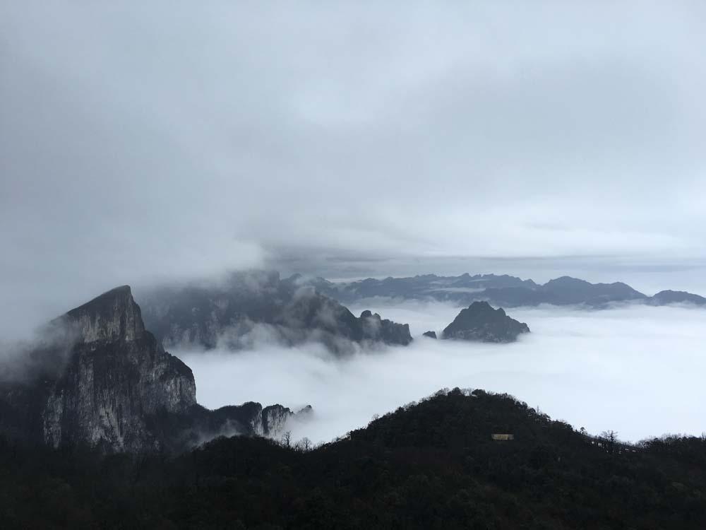 다음 날 천문산에 올라갔는데 이 날 역시 날씨가 안좋았다. 중국에선 날씨 운이 정말 없었다.