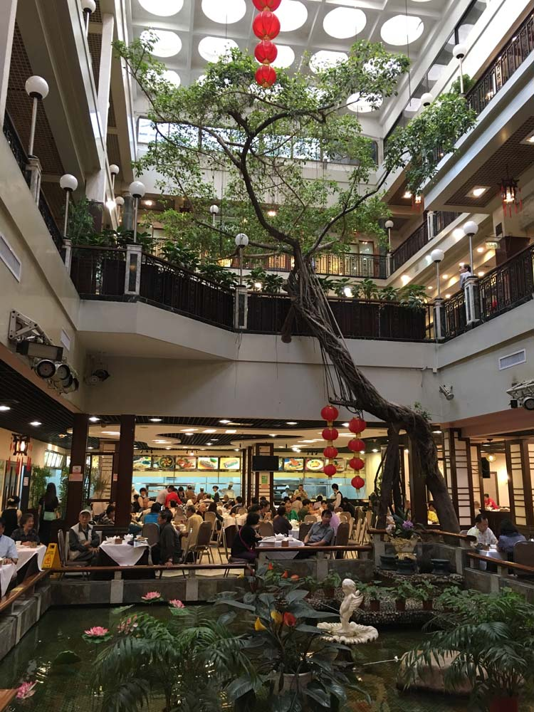하지만 광저우는 먹거리가 풍부하다. 그 중에서 가장 유명한건 당연 딤섬. 광저우에서 가장 유명한 가게라는 광저우주가를 찾아갔다.