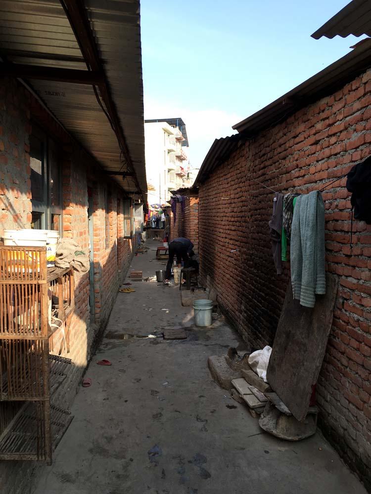 구두 수선함을 판다는 인도인이 있던 집이 있던 한적한 골목. 지금 생각해보면 참 겁도 없었다. 이건 집 안에 들어가기 전. 막상 구두 수선함의 사진은 찍을 여유가 없었다.