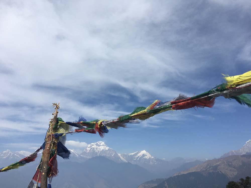 곳곳에서 볼 수 있는 티벳 깃발.