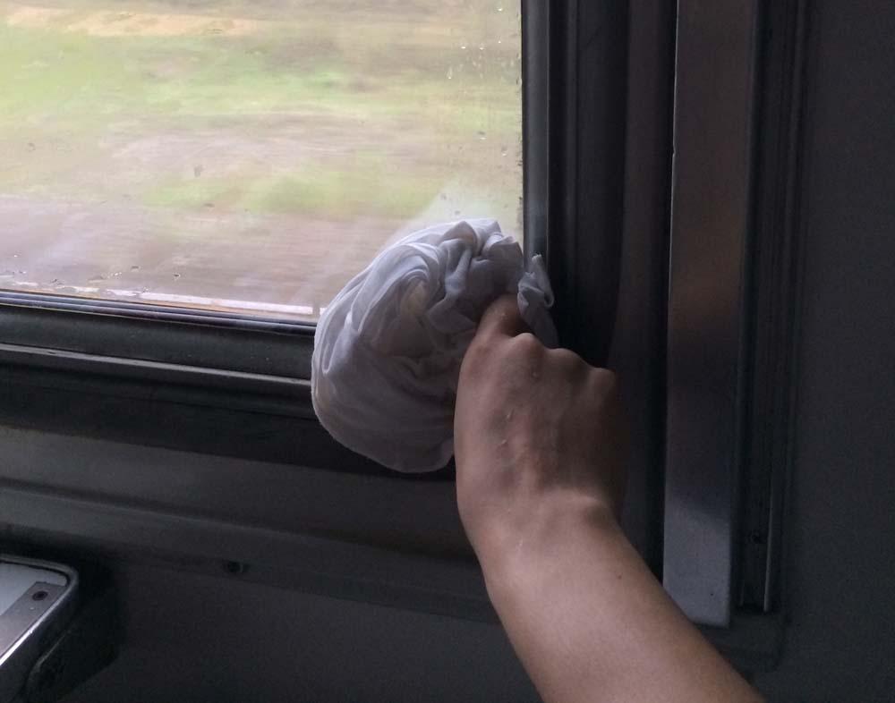 자고 있는데 얼굴에 물이 떨어져서 깼더니 창문 틈 사이에서 빗물이 세고 있었다. 2시간 정도를 베개 시트로 창문 틈새를 틀어막고 있어야 했다.