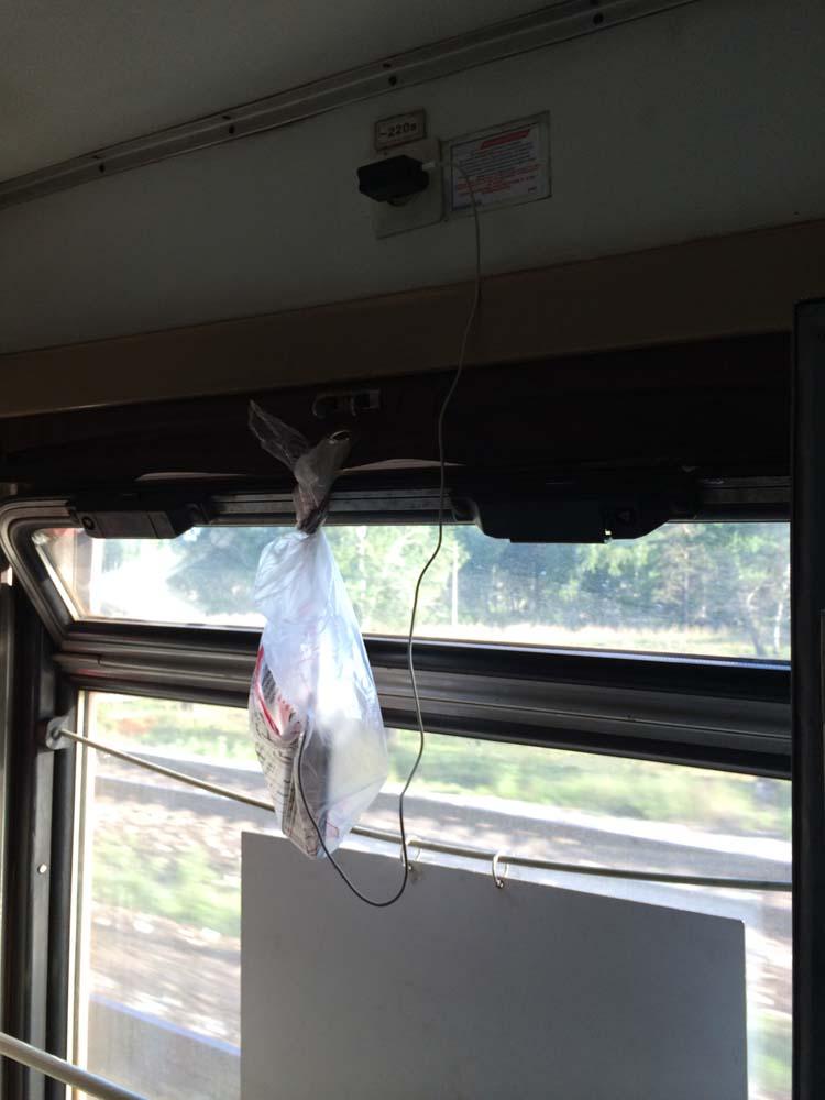 충전기를 꼽을 곳은 대부분의 열차에선 화장실 앞 밖에 없다. 대부분은 충전하면서 서 있는데 간혹 이렇게 창의적으로 충전하는 사람이 나타난다.
