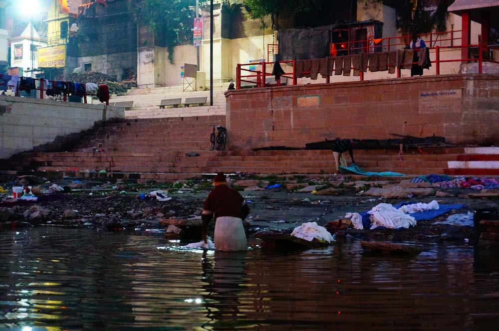 쓰레기 쌓인 강변 옆에서 빨래 하는 사람들의 모습은 흔하게 볼 수 있었다.