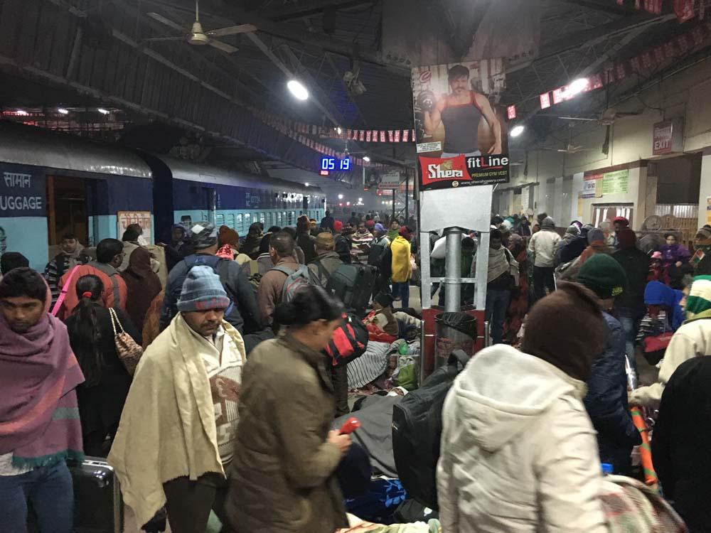 바라나시 역에 도착했을 때 플랫폼. 사람들로 넘쳐났다.