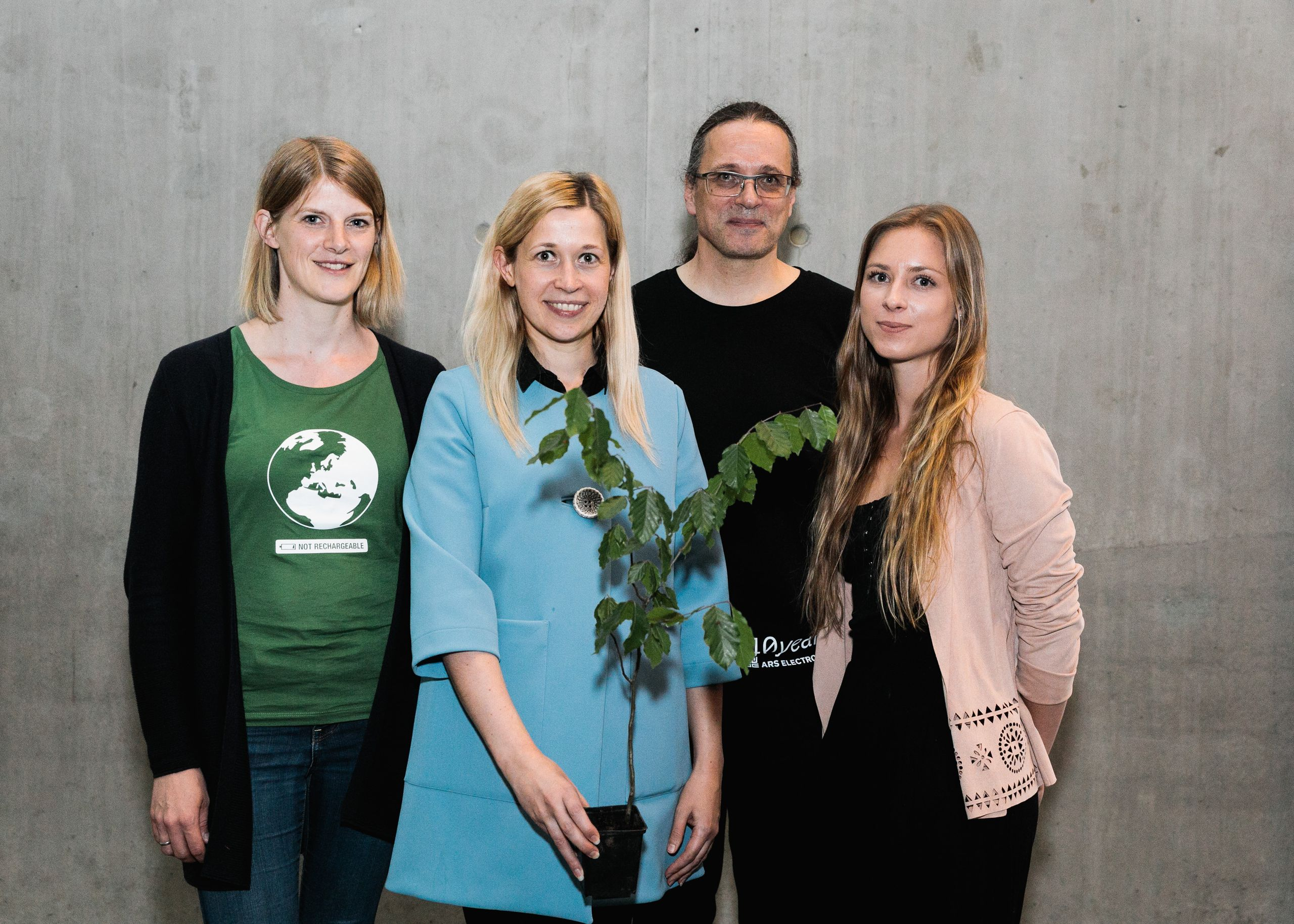 Foto von links: Julia (ParentsforFuture), Doris Lang-Mayerhofer (Stadträtin Linz), Gerfried Stocker (AEC), Lara (FridaysforFuture)
