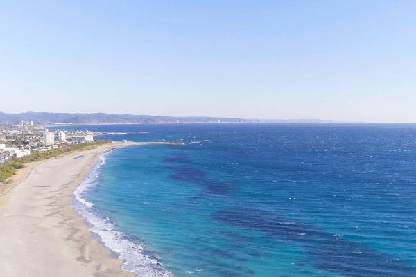白い砂浜と美しくきらめく青い海