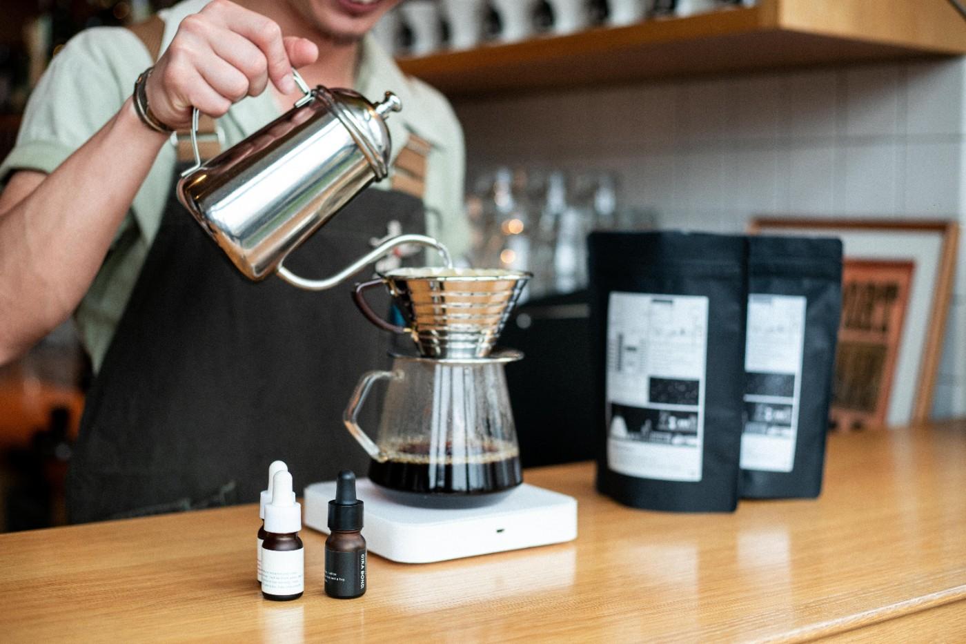 オリジナルコーヒーが味わえる店頭カフェスタンド