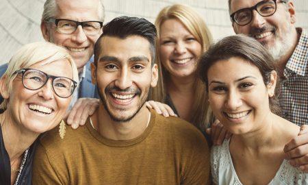 Bild på en grupp glada människor