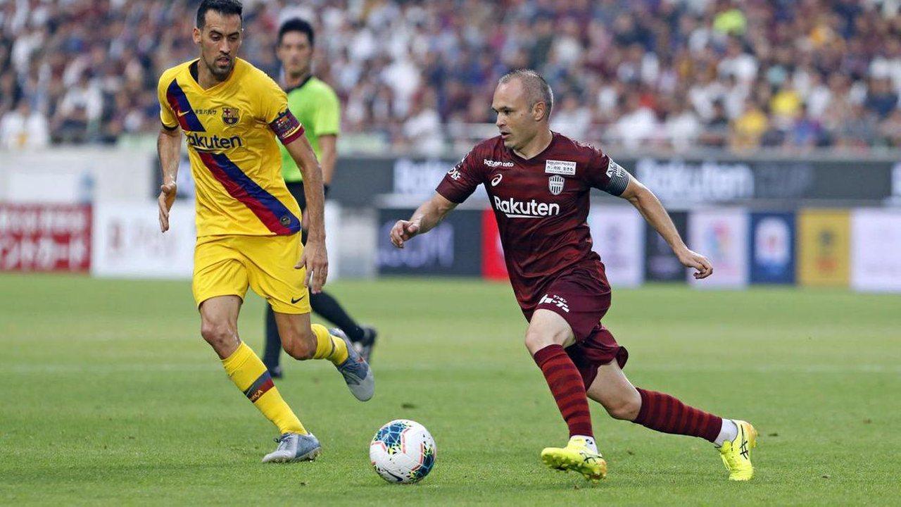 Иньеста в составе Виссел Кобе против Барселоны