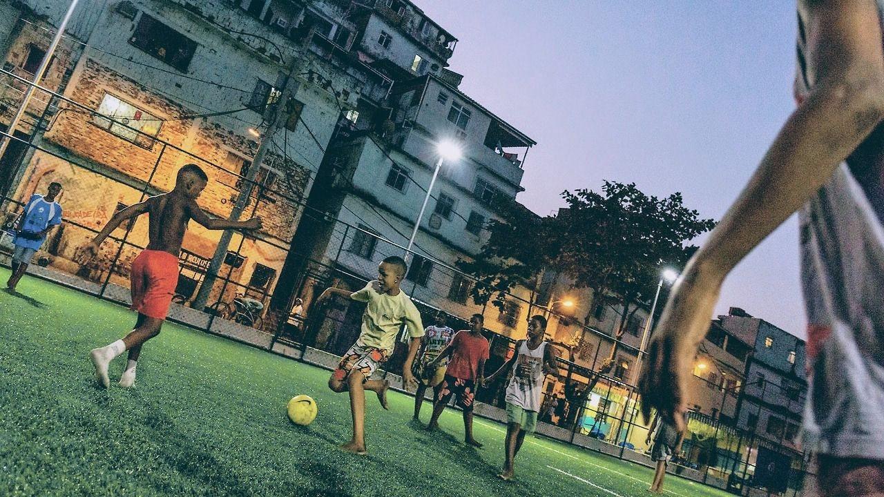 Обновленный стадион в фавелах Рио-де-Жанейро