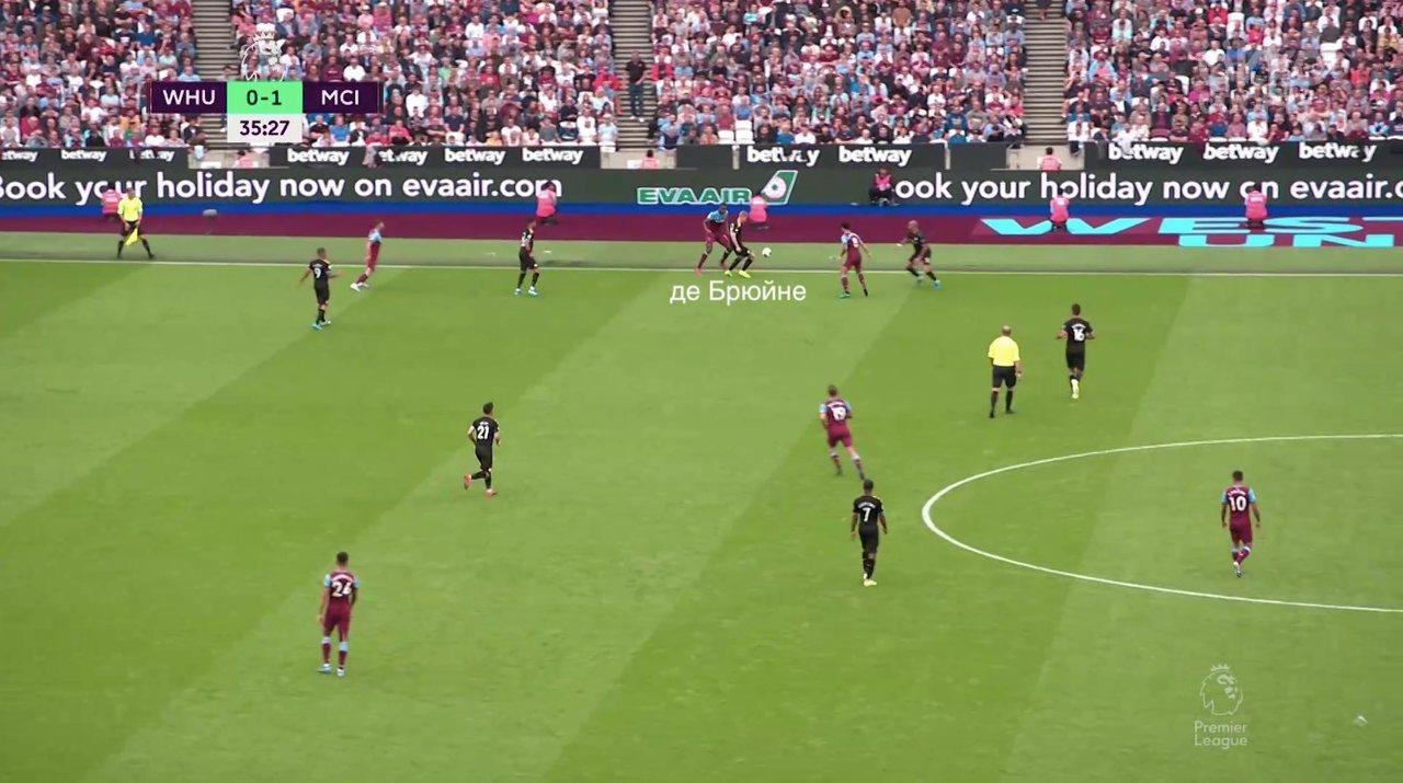 Бельгиец отберет мяч на чужой половине.