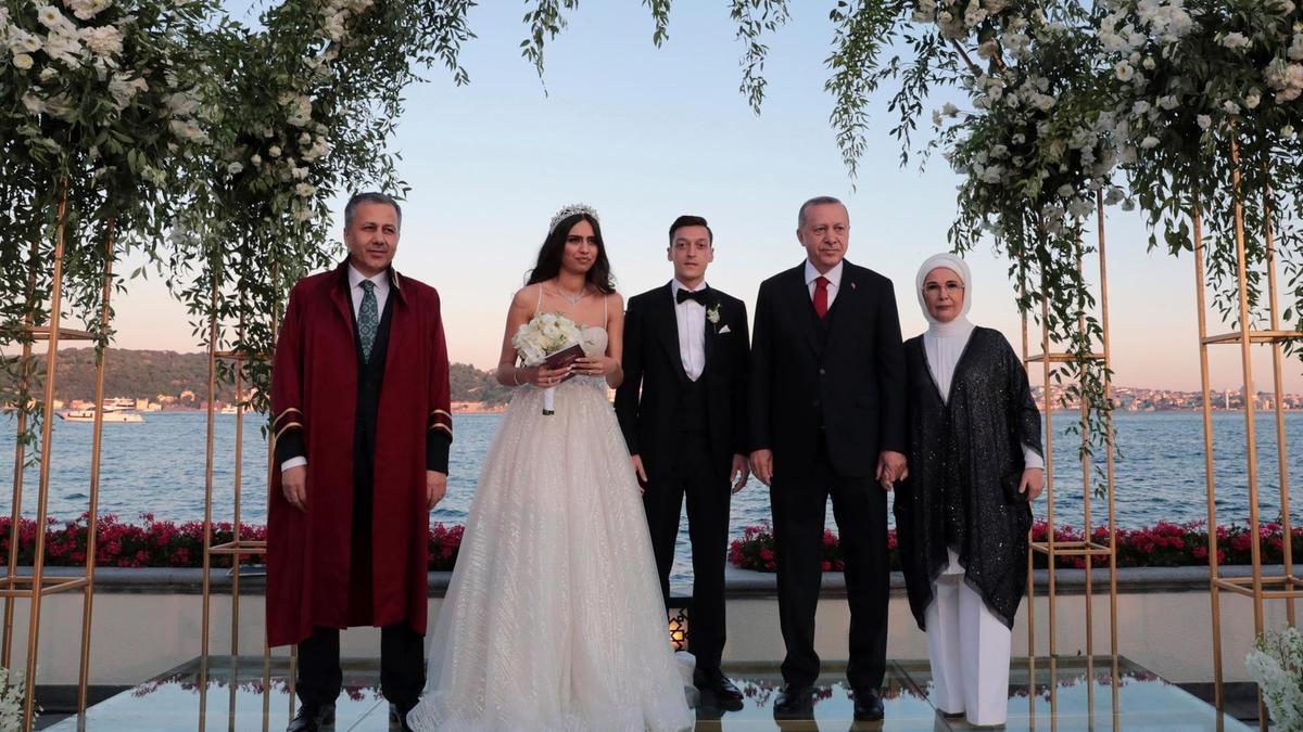 Месут Озил женился на Амине Гюльше