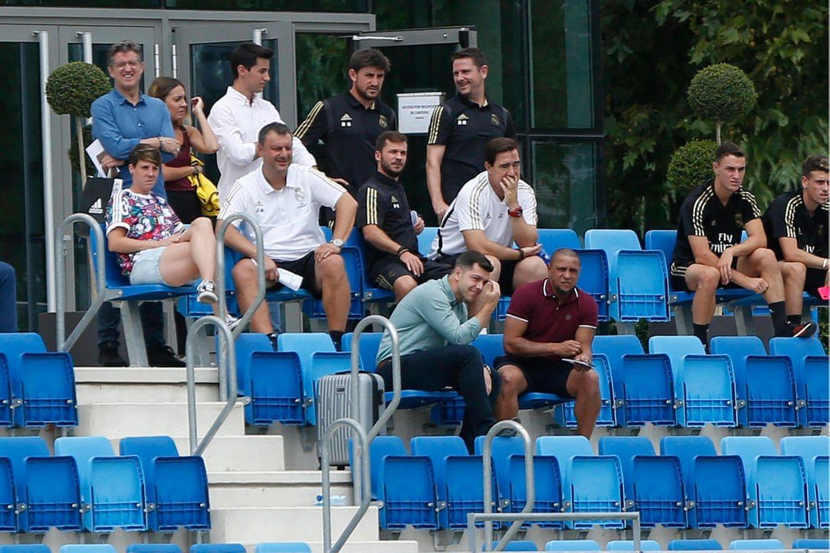 Роберто Карлос и сотрудники Реала следят за женской командой