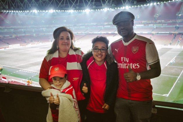 Тай и семья, фанаты Арсенала, которым помог Озил