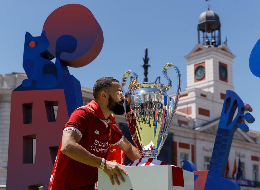 Фанат Ливерпуля с кубком Лиги чемпионов