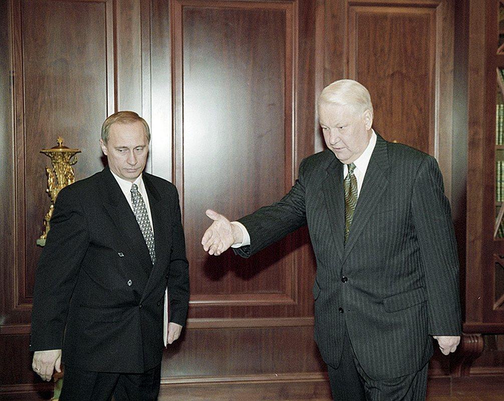 Путин слева, Ельцин справа