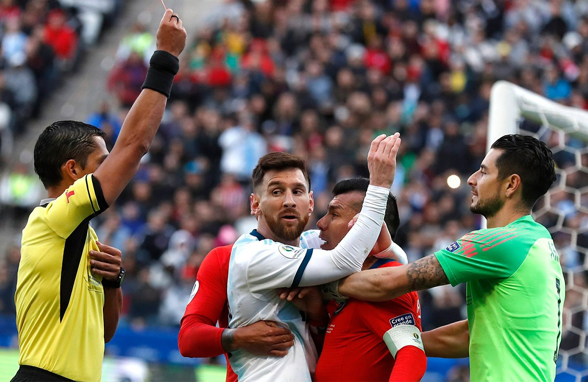Месси был удален в матче с Чили