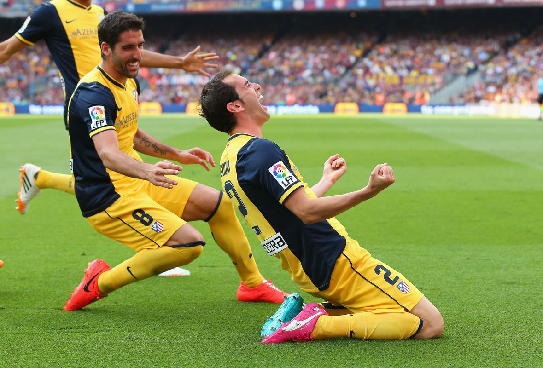 Диего Годин празднует гол в ворота Барселоны
