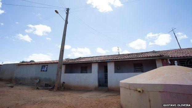 Обычное жилье в деревне Дани Алвеса