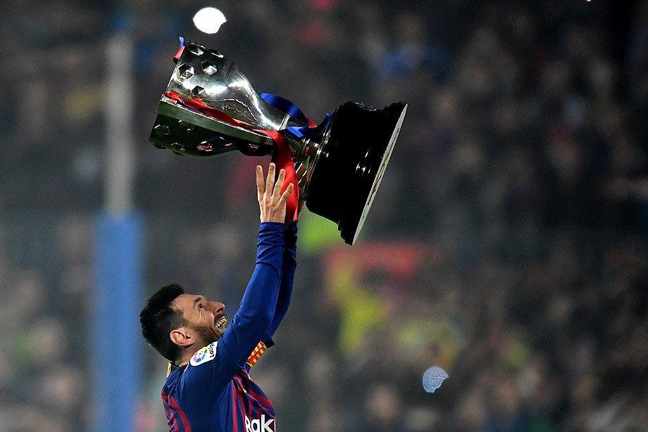 Лео Месси празднует победу в Ла Лиге