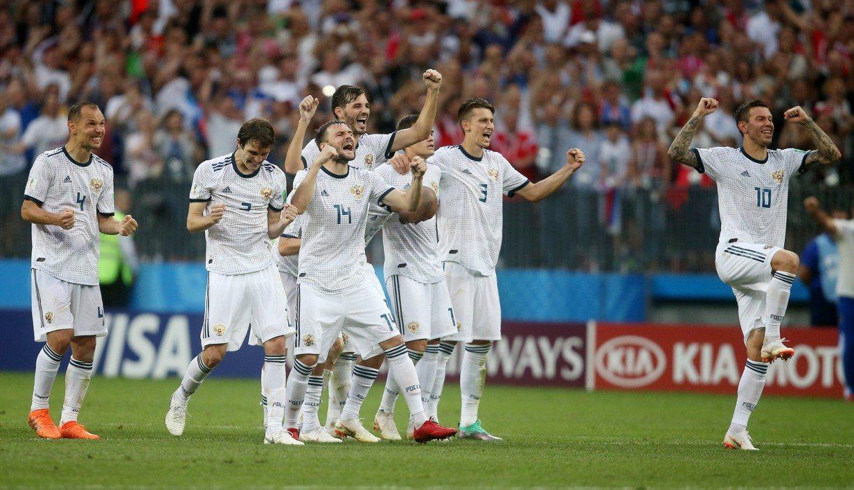Игроки сборной России празднуют победу над испанцами