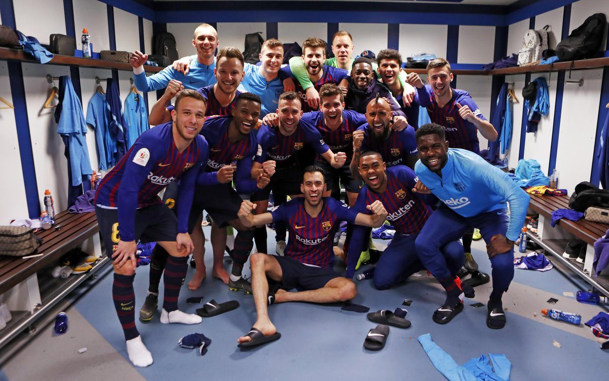 Барселона празднует победу над Реалом
