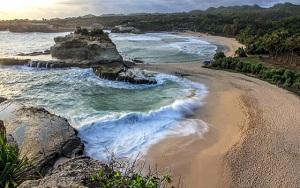 20 Pantai Tersembunyi di Indonesia yang Terindah