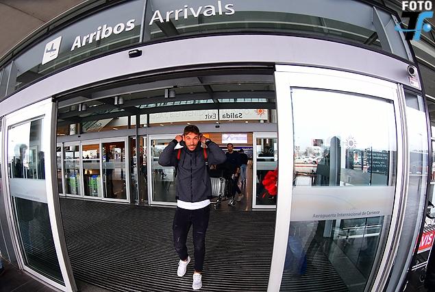 El español Xisco Jiménez en el momento del arribo al Aeropuerto Internacional de Carrasco.