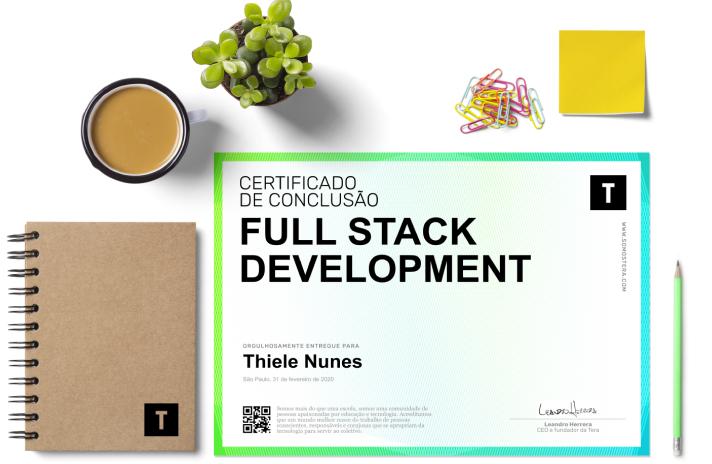 Ilustração de um certificado de conclusão do curso de Full Stack Development com o papel branco e a borda gradiente azul e verde. Ao lado esquerdo do certificado, um caderno com a logo preto. Em cima do cerificado uma caneca com café, uma planta, alguns clipes coloridos e um postit amarelo.