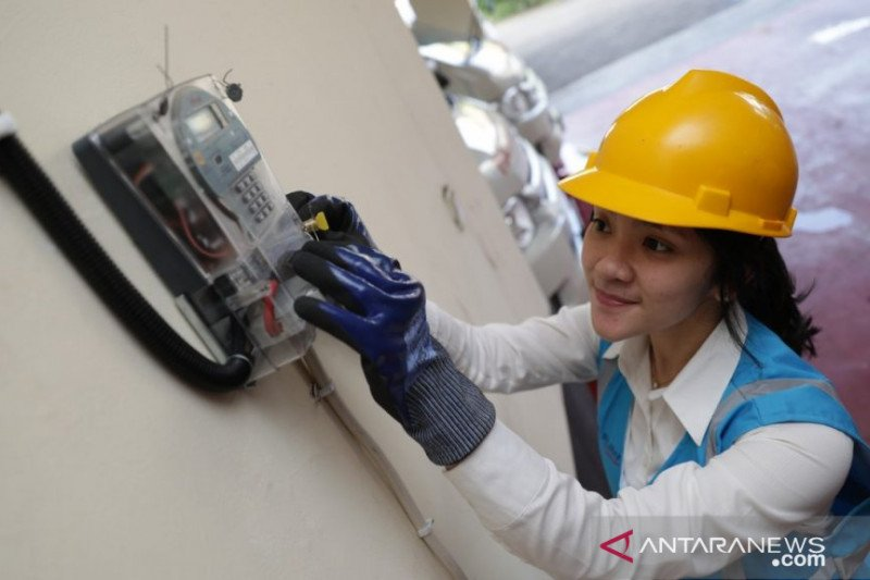 Teknisi PLN sedang cek meteran listrik