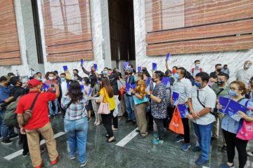 Para nasabah Kresna Life datangi Otoritas Jasa Keuangan (OJK) di Wisma Mulia 2, Jl Gatot Subroto, Jakarta, Senin (10/08/2020)/Ist