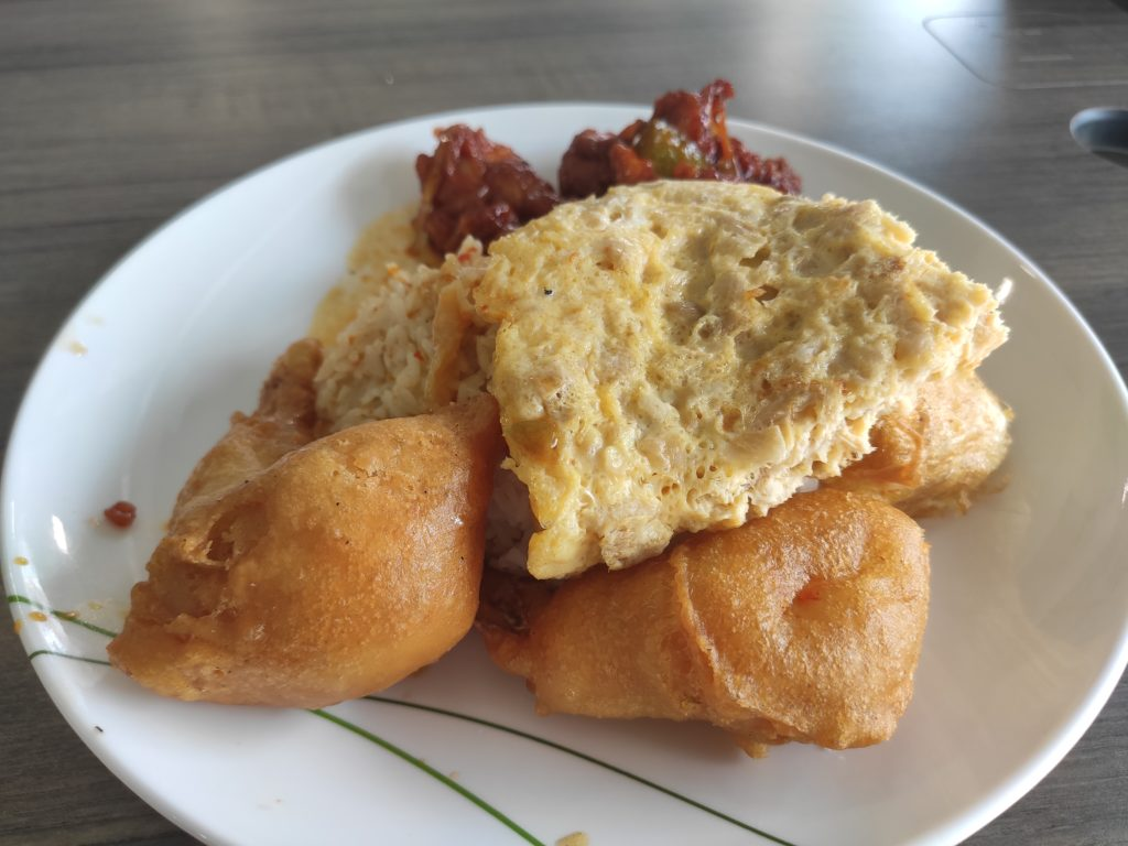 Xing Long Cooked Food: Curry Rice with Sweet Sour Pork, Fried Prawns, Begedil and Chye Poh Omelette
