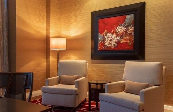 Junior Suite: Hạng phòng hoàn hảo cho gia đình nhỏ Một kỳ nghỉ cuối tuần ngắn ngày, tạm lánh xa khói bụi ô nhiễm và ồn ào nơi thành thị không chỉ là ước mơ của người trẻ độc thân mà còn chinh phục rất nhiều gia đình hiện đại. Cùng khám phá The Grand Ho Tram Resort & Casino, một trong những resort 5 sao ở Hồ Tràm và trải nghiệm hạng phòng Junior Suite đầy ấn tượng dành riêng cho gia đình nhỏ tại nơi đây. Tìm về bên gia đình tại The Grand Ho Tram Để thuận tiện cho những chuyến nghỉ dưỡng như vậy, du khách luôn cần những khách sạn có đa dạng hạng phòng như The Grand Ho Tram Resort nhằm thỏa mãn nhu cầu của mọi thế hệ trong gia đình. The Grand Ho Tram là thiên đường nghỉ dưỡng cho cả gia đình Là một trong những resort 5 sao ở Hồ Tràm sở hữu số lượng phòng ấn tượng lên tới 541 phòng, The Grand mang tới cho du khách 7 hạng phòng tiêu chuẩn 5 sao với diện tích phòng đạt chuẩn, thiết kế trang nhã, thiết bị và tiện nghi cao cấp. Tại mỗi hạng phòng du khách đều có khoảng không gian riêng tư để nghỉ ngơi cùng khu vực sinh hoạt chung cho cả gia đình, đáp ứng các nhu cầu sum họp, trò chuyện và giải trí trong phòng. Phong cách châu Âu ấn tượng tại The Grand Gây ấn tượng với thiết kế hiện đại theo phong cách châu Âu, The Grand Ho Tram sử dụng những tông màu nội thất nhã nhặn, dễ chịu như vàng, trắng, phối cùng những gam màu nóng sang trọng như đỏ đậm, mang tới không gian vừa ấm cúng, vừa thư thái, tiện nghi. Giường ngủ với chăn, đệm cao cao cấp liên tục được làm sạch, hệ thống điều khiển và điện thoại thông minh đầu giường giúp du khách có những trải nghiệm trên cả tuyệt vời. Khu vực vệ sinh rộng rãi gồm vòi tắm đứng và bồn tắm cùng không gian phụ tách rời mang tới sự tiện nghi. Phòng khách chung cũng là điểm nhấn quan trọng trong mọi hạng phòng của The Grand được trang bị nội thất hiện đại cùng minibar tiện lợi với nhiều loại đồ uống hấp dẫn để du khách sử dụng ngay trong phòng. Hạng phòng Junior Suite tại resort 5 sao ở Hồ Tràm có gì đặc biệt? Không gian ấn tượng của hạng phòng 