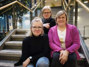 Kuvassa vasemmalta: lavastaja Hanne Savolainen, ohjaaja Merja Ukkola ja kuiskaaja Merja Lyytikäinen