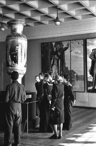 Robert Capa USSR. Moscow. 1947. The Tretyakov Museum.   Al museo - At the museum   Robert capa ...