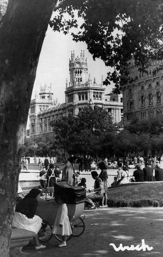 Niñeras en el Paseo del Prado, 1947. Foto Urech   Madrid antiguo   Spain, Madrid y Prado