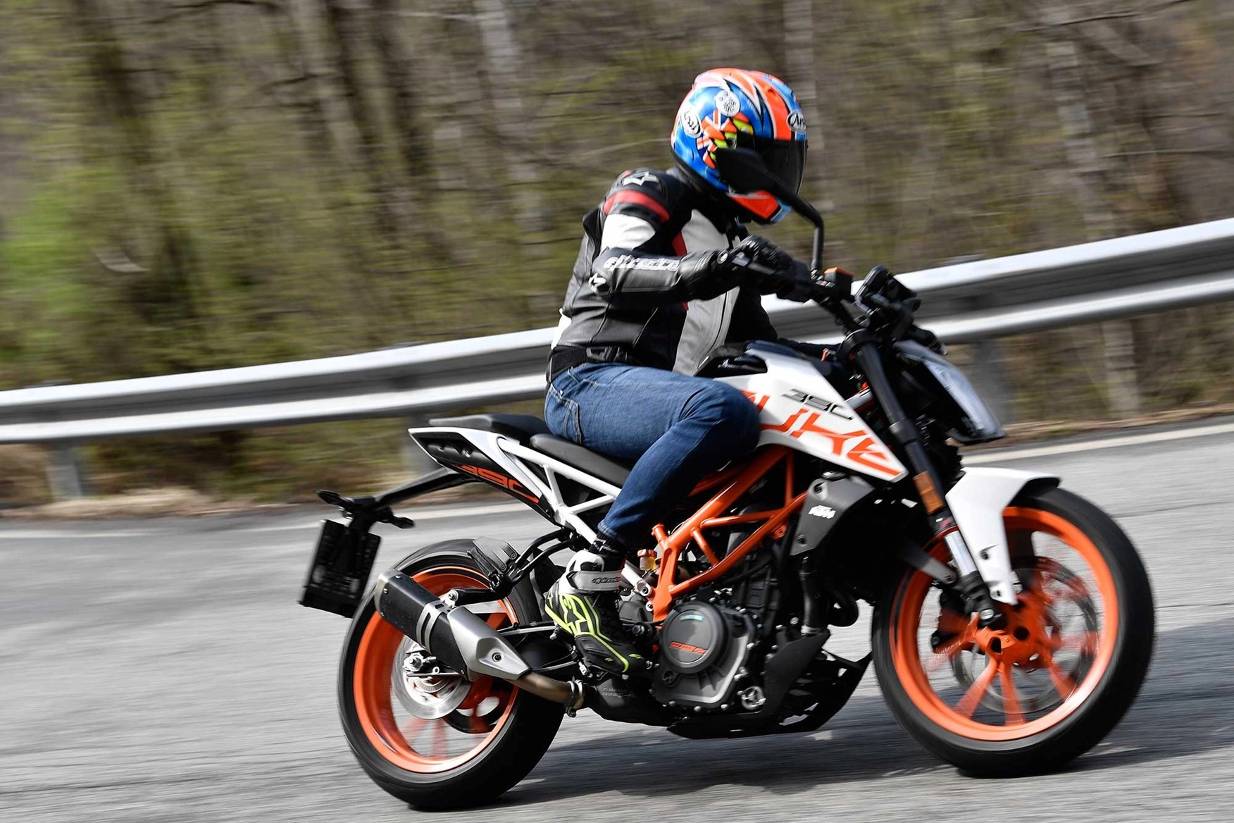 riding-KTM-with-dark-visor