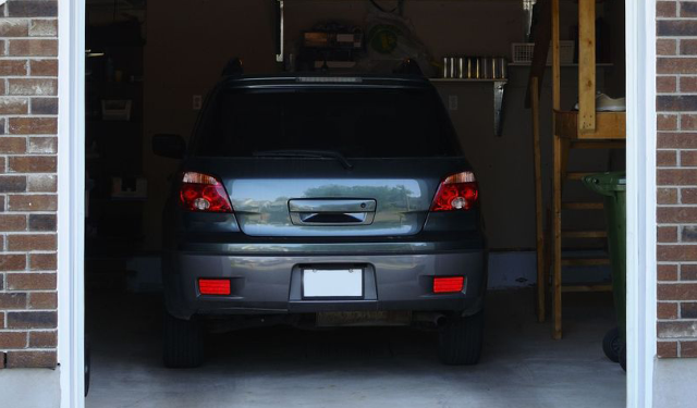 Car_parked_in_garage