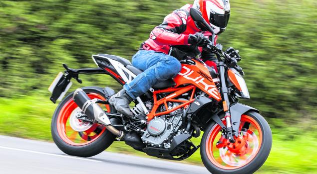 biker_riding_KTM_RC390
