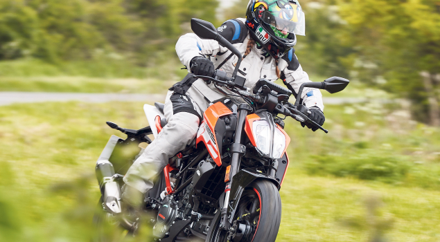 ktm-duke125-with-rider