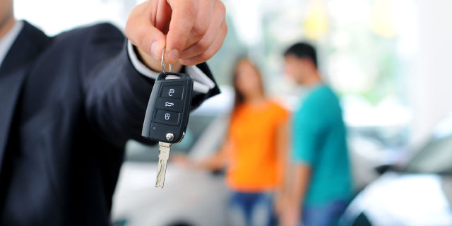 man-holding-car-keys-in-hand