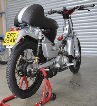PLOP Enduro bike in the garage textphoto