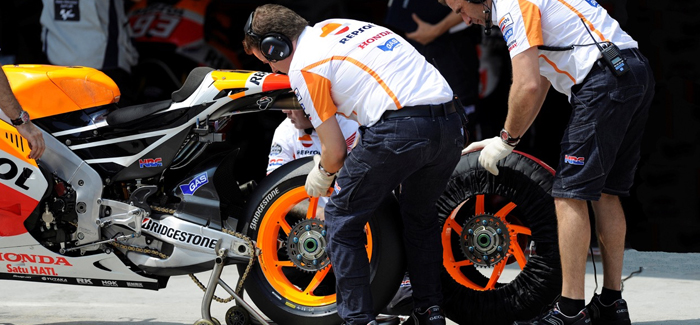 wheel-change-by-Repsol-Honda-team-at-a-motogp-round-700px