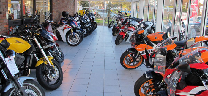new-honda-motorcycles-lined-up-in-a-dealership-header