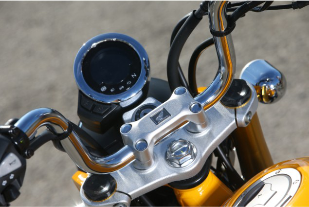 Close-up-shot-of-Honda-monkey-125-motorcycle-handlebars