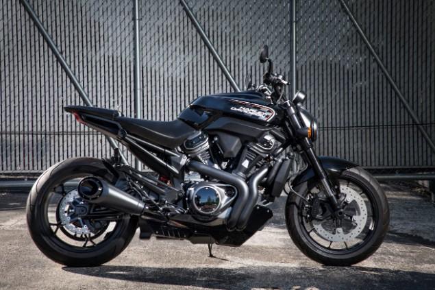 Harley-Davidson-motorbike-stationary-in-gararge