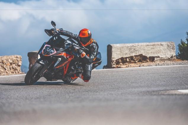 2019-KTM-1290GT-turning-corner